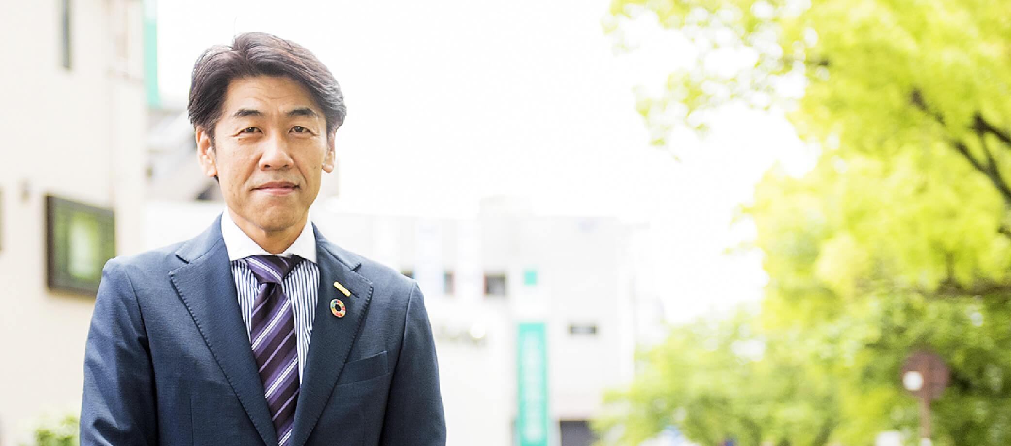 ザメディアジョングループ代表取締役会長前田 政登己さんが微笑んでいる写真
