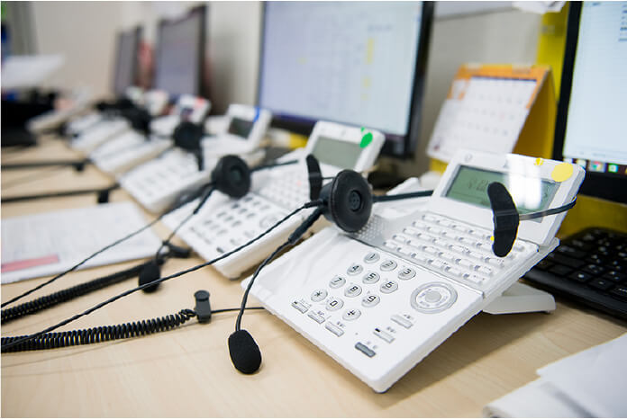 白い電話が並んでいる写真