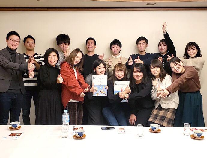 東北・広島エリア特化型の就職情報誌「D'companies」を発行した地元学生との集合写真