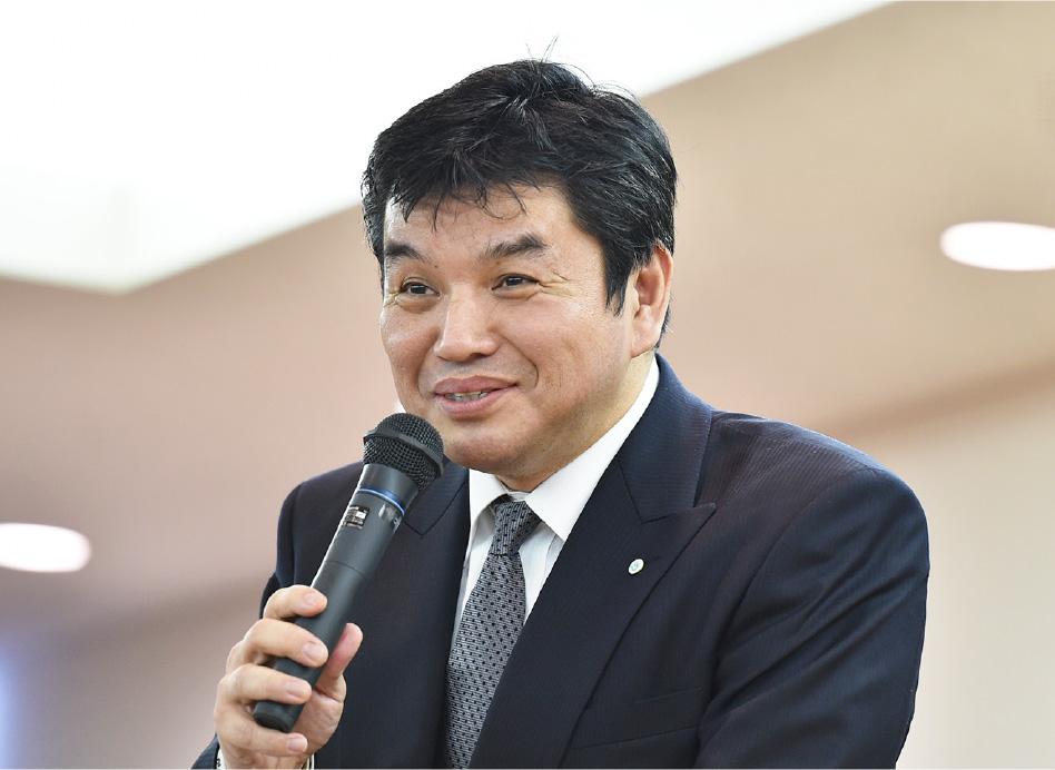 ザメディアジョングループ ファウンダー(創業者)山近 義幸さんがマイクを持って笑顔で話している写真